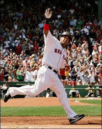 Manny_waves_to_fans_after_hr