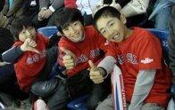 Japan_trip_kid_fans_3